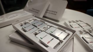 Des batteries à recharge rapide sont présentées dans les locaux de la start-up StoreDot, àHerziliya(Israël), en février 2021. (EMMANUEL DUNAND / AFP)