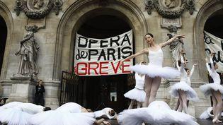 """L'orchestre de l'Opéra de Paris, son corps de ballet avec ses danseuses, en grève contre la réforme des retraites, ont interprété gratuitement une partie du """"Lac des cygnes"""" sur le parvis de l'Opéra Garnier à Paris, le 24 décembre 2019. (MAXPPP)"""