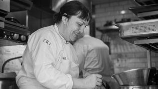 Fabienne Eymard, une des rares femmes cheffes étoilées en France, au Benoit à Paris. (BENOIT / PIERRE MONETTA)