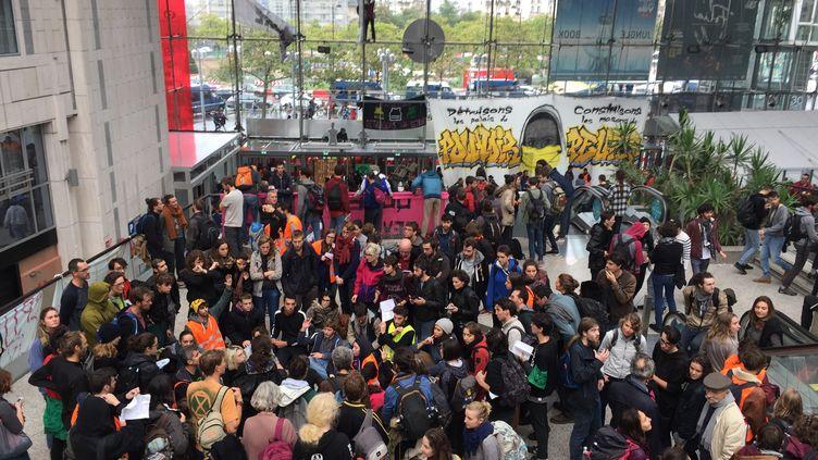 Des militants dans le centre commercial Italie 2 à Paris, samedi 5 octobre. (JULIE PACAUD / FRANCEINFO)