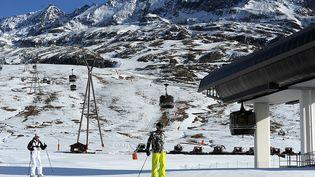 Des skieurs à l'Alpe-d'Huez (Isère), le 16 décembre 2015. (JEAN-PIERRE CLATOT / AFP)