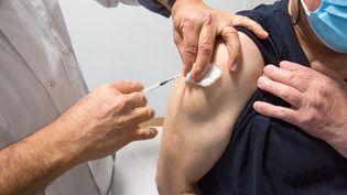 Un médecin du travail vaccine un patient àGragnague, près de Toulouse, le 26 février 2021. (FRED SCHEIBER / AFP)