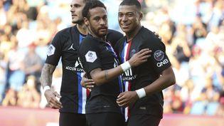 Neymar célèbre son but avec Mauro Icardi et Kylian Mbappe lors d'un match du PSG contre Le Havre, le 12 juillet 2020. (JUAN SOLIZ / AFP)
