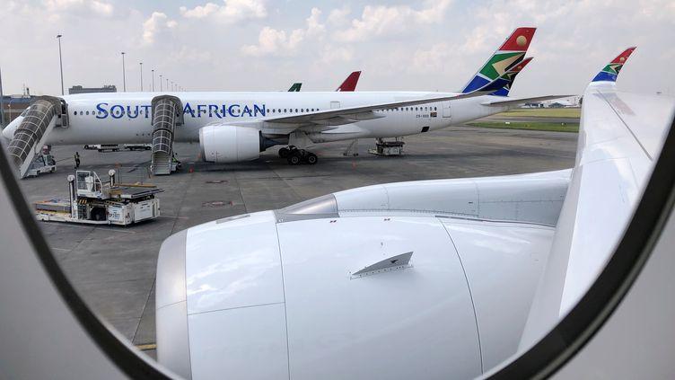 Un appareil de la compagnie South Africa Airways à l'aéoport O.R.Tambo de Johannesburg le 12 janvier 2020. Des mesures de contrôle sanitaire des passagers en provenance de Chine ont été mises en place. (SUMAYA HISHAM / X03907)