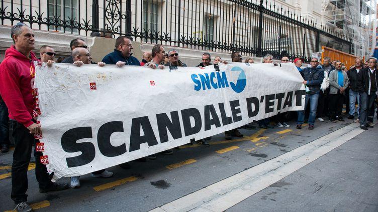 Des salariés de la SNCM sont rassemblés devant le tribunal de commerce de Marseille, le 12 novembre 2014. (MAXPPP)