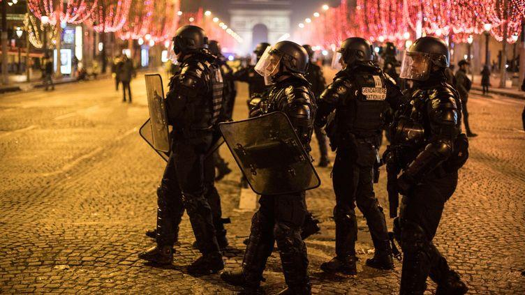"""Des policiers sur les Champs-Elysées, samedi 8 décembre 2018, après une journée de manifestation des """"gilets jaunes"""" émaillée d'incidents à Paris. (N.E. / NURPHOTO / NURPHOTO)"""