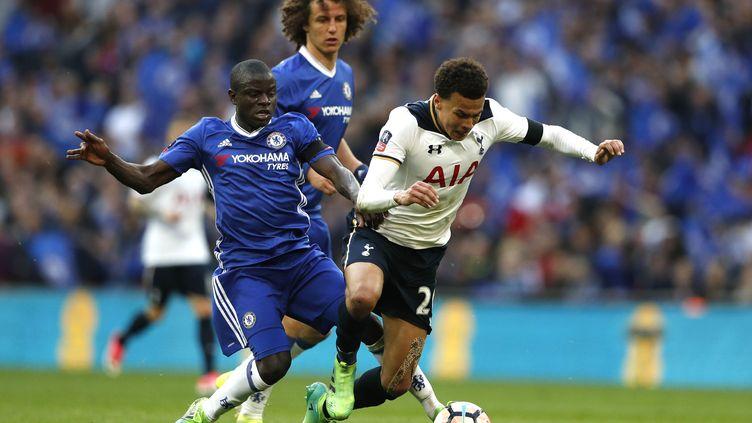 Les joueurs de Chelsea, David Luiz et N'Golo Kanté, au duel avec le milieu de Tottenham, Dele Alli. (ADRIAN DENNIS / AFP)