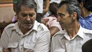 """Pascal Fauret et Bruno Odos, lors de leur première comparution devant un tribunal de Saint-Domingue, en mars 2013, pour l'affaire """"Air Cocaïne"""". (ERIKA SANTELICES / AFP)"""