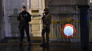 Un policier et un militaire posté devant le cabinet du Premier ministre belge à Bruxelles (Belgique), le 22 novembre 2015. (EMMANUEL DUNAND / AFP)
