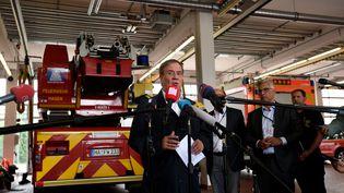 Le candidat de la CDU à la chancellerie, Armin Laschet, visite une caserne de pompiers dans une région inondée, le 15 juillet 2021 à Hagen (Allemagne). (INA FASSBENDER / AFP)