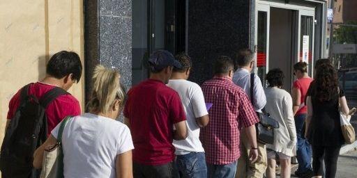 Agence pour l'emploi madrilène, le 4 juin 2012. Le nombre de demandeurs d'emploi a légèrement baissé en mai 2012, pour le 2e mois consécutif, en Espagne où 24,44% de la population est sans emploi. (AFP PHOTO/ DOMINIQUE FAGET)