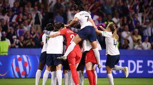 Les Bleues célèbrent leur qualification en quarts de finale de la Coupe du monde après leur victoire en prolongation contre le Brésil, dimanche 23 juin 2019 au Havre (Seine-Maritime). (FRANCK FIFE / AFP)