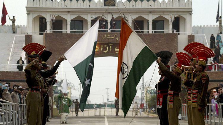 Des soldats indiens (au premier plan) et pakistanais (en noir) lors de la cérémonie quotidienne à Wagah, le seul point de passage entre l'Inde et le Pakistan. Chaque soir, à 18h, a lieu une cérémonie mettant en présence les soldats des deux camps. (REUTERS / Munish Sharma (INDIA))