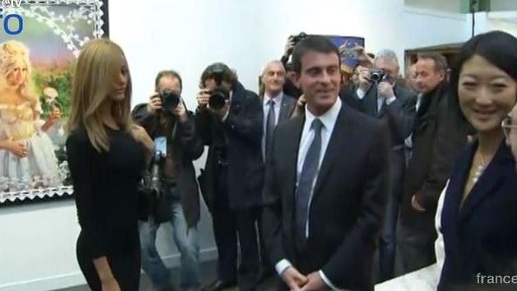 Le Premier ministre Manuel Vallsa fait la rencontre de l'ancienne escort girl Zahia Dehar, lors d'une visite à la Fiac de Paris, le 21 octobre 2014. ( FRANCE 2)