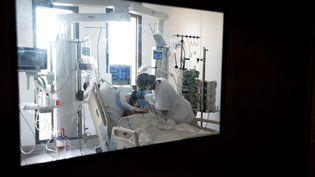 Unechambre du service de réanimation du centre hospitalier universitaire (CHU) Pierre Zobda-Quitman de Fort-de-France, en Martinique, le 29 août 2021. (ALAIN JOCARD / AFP)