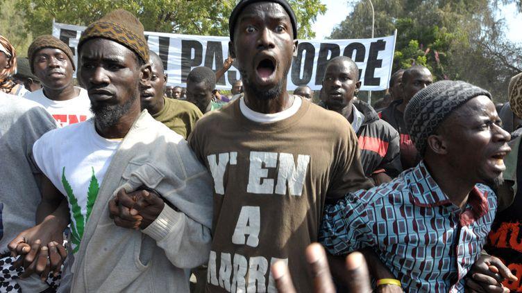 Des manifestants sont descendus dans les rues de Dakar (Sénégal) à l'appel du mouvement du 23 juin pour protester contre la candidature d'Abdoulaye Wade, le 27 janvier 2012. (SEYLLOU / AFP)
