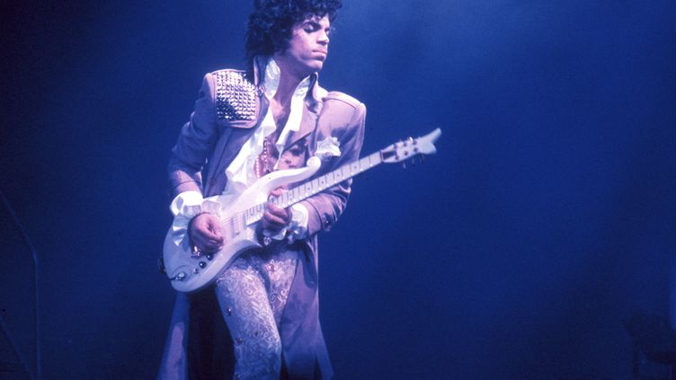 Prince en concert au Fabulous Forum, en 1985, en Californie. (MICHAEL OCHS ARCHIVES / MICHAEL OCHS ARCHIVES / GETTY IMAGES)