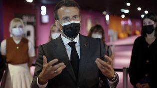 Emmanuel Macron discute avec des jeunes au cinéma le Mazarin à Nevers (Nièvre), le 21 mai 2021. (THIBAULT CAMUS / AFP)
