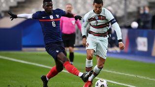 Cristiano Ronaldo face à Paul Pogba lors d'un match entre le Portugal et la France, au Stade de France, à Saint-Denis (Seine-Saint-Denis). (FRANCK FIFE / AFP)