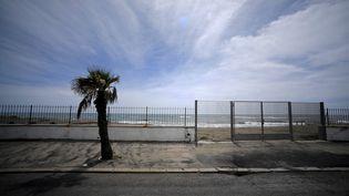 Une plage déserte à Ostie, dans la banlieue de Rome en Italie, le 1er mai 2020 (photo d'illustration). (FILIPPO MONTEFORTE / AFP)