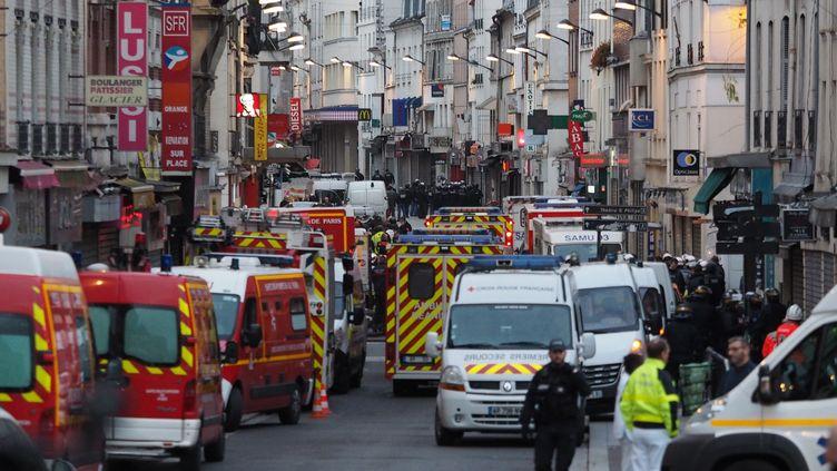 Forces de l'ordre et services de secours occupent la rue de la République, à Saint-Denis, le 18 novembre 2015. (MUSTAFA YALCIN / ANADOLU AGENCY / AFP)