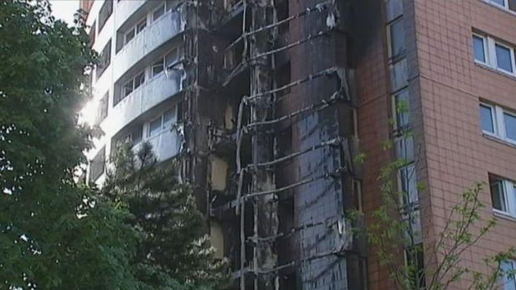 La façade de la tour ravagée par un incendie, le 14 mai 2012, à Roubaix (Nord). (FTVI / FRANCE 2)