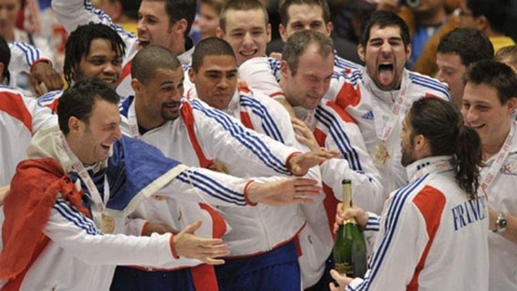 La joie de l'équipe de France après son titre de champion d'Europe (ATTILA KISBENEDEK / AFP)