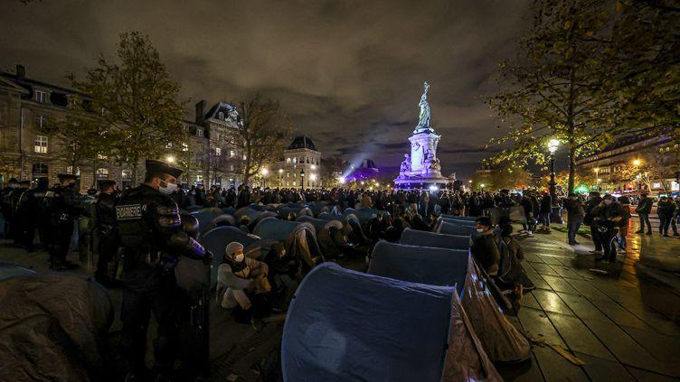 Des gendarmes tentent d'évacuer des tentes de migrants, place de la République, à Paris, le 23novembre 2020. (SEBASTIEN MUYLAERT / MAXPPP)