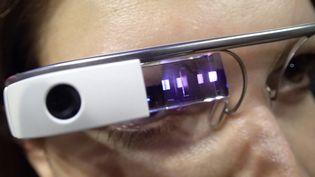 Des Google Glass de première génération portées par une femme. (BRUNO LEVESQUE / MAXPPP)
