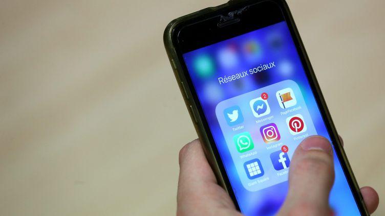 Les portables et les réseaux sociaux sont entrés pleinement dans nos vies. (LIONEL VADAM  / MAXPPP)