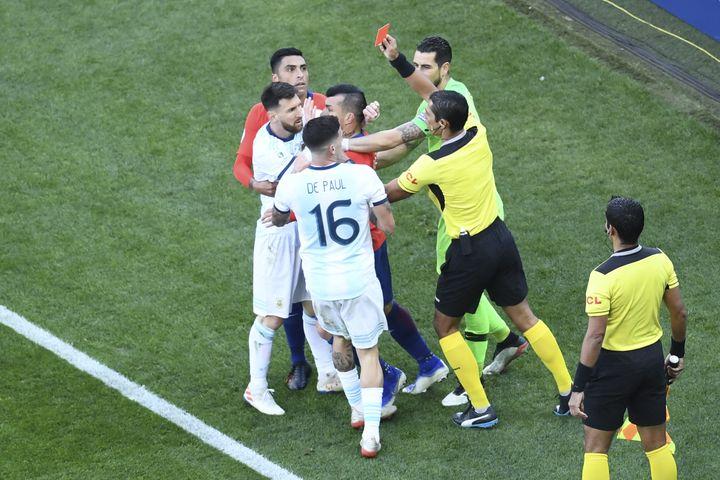 Messi recibió la segunda tarjeta roja de su carrera internacional, en el partido por el tercer puesto entre Chile y Argentina.  (EVARISTO SA / AFP)