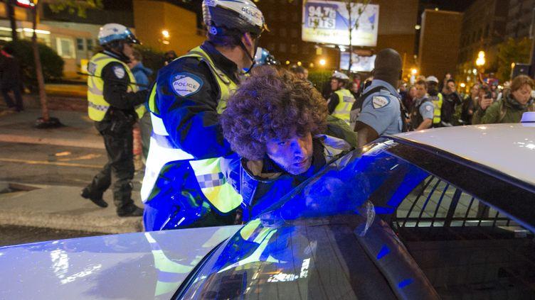 Un policier retient un manifestant étudiant le 16 mai 2012 à Montréal (Canada). (ROGERIO BARBOSA / AFP)