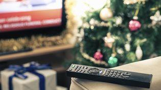 Chaque année, les films de Noël envahissent les programmes télévisés à l'approche des fêtes. (DAN BROWNSWORD / CULTURA RF)