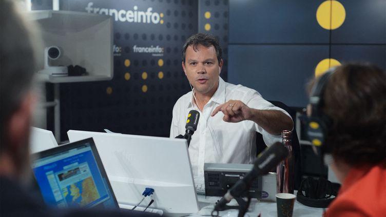 Marc Fauvelle, présentateur de la matinale de franceinfo. (CHRISTOPHE ABRAMOWITZ / RADIO FRANCE)