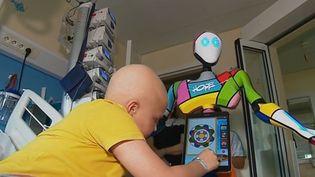 Le robot Hope auprès des enfants malades du CHU de Rouen (Seine-Maritime). (FRANCE 3)