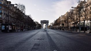 L'avenue des Champs-Elysées à Paris, le 22 mars 2020, sixième jour du confinementen réaction à la pandemie de Covid-19. (PHILIPPE LABROSSE / HANS LUCAS / AFP)