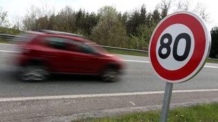 Une voiture passe devant un panneau de limitation de la vitesse à 80 km/h, le 21 avril 2019 àL'Isle-sur-le-Doubs. (LIONEL VADAM  / MAXPPP)