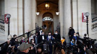 Deux des trois Américains qui sont intervenus pour empêcher l'attaque du Thalys, le 21 août 2015, s'expriment devant la presse à l'occasion du procès, à Paris, le 20 novembre 2020. (GONZALO FUENTES / REUTERS)