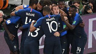 Les joueurs de l'équipe de France, soudés, fêtent le but de Samuel Umtiti lors de la demi-finale de Coupe du Monde contre le Belgique, le 10 juillet 2018 à Saint-Pétersbourg (Russie). (FRANCOIS XAVIER MARIT / AFP)