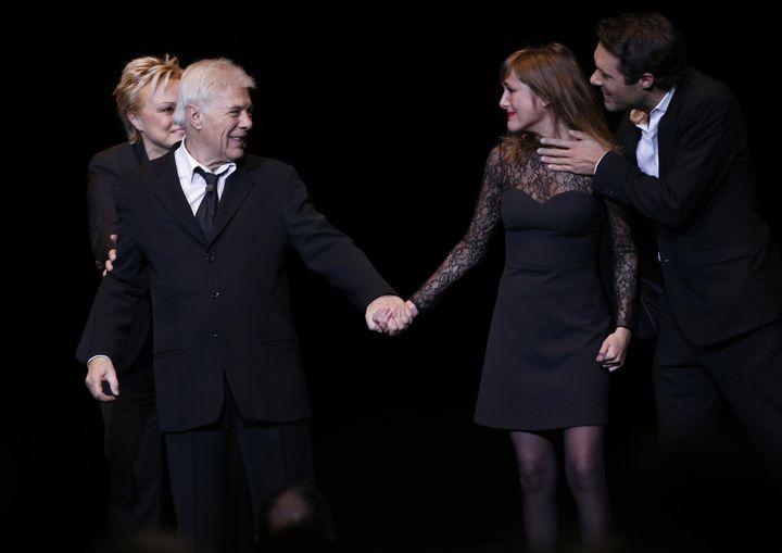Guy Bedos et ses enfants Victoria et Nicolas en 2013 sur la scène de l'Olympia (FRANCOIS GUILLOT / AFP)