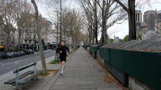 Un Parisien faisant son footing pendant le confinement. (NATHANAEL CHARBONNIER / RADIOFRANCE)