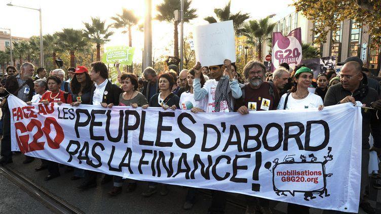 Plusieurs milliers de militants des mouvements alter-mondialistes ont manifesté, le 1er novembre 2011 à Nice (Alpes-Maritimes), avant l'ouverture du sommet du G20. (PASCAL GUYOT / AFP)