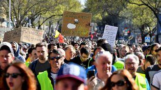 """Des """"gilets jaunes"""" défilent à Bordeaux le 23 mars 2019. (GEORGES GOBET / AFP)"""