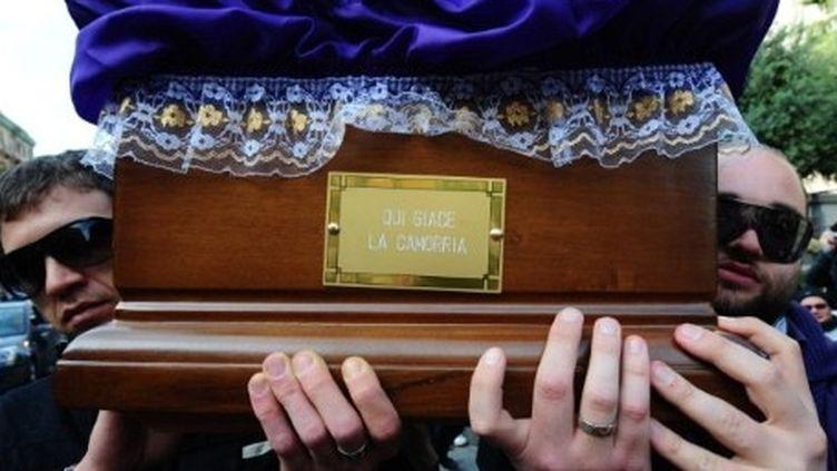 """""""Ci-gît la Camorra"""": funérailles fictives de la mafia, mises en scène à Naples, 17 avril 2010. (AFP PHOTO / MARIO LAPORTA)"""
