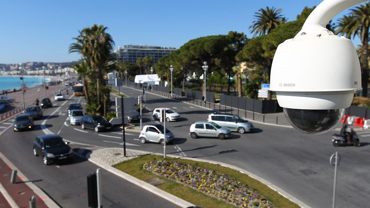 Une caméra de surveillance sur la promenade des Anglais, à Nice, en février 2015. (MAXPPP)