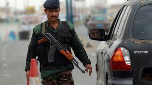 Un soldat yéménite près de l'aéroport de Sanaa (Yémen), le 6 août 2013. (MOHAMMED HUWAIS / AFP)