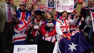 Des citoyens britanniques devant l'hôpital St Mary de Londres, le 2 mai 2015, après la naissance du second bébé du couple princier. (  MAXPPP)