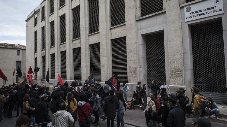 Des étudiants manifestent devantla faculté de droit de Montpellier (Hérault), le 30 mars 2018. (ADRIEN VAUTIER / LE PICTORIUM / MAXPPP)