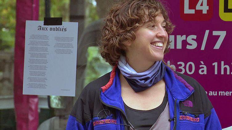 """La poétesse Charlotte Dubost a placardé son texte """"Les oubliés"""" dans les rues de Besançon (France Télévisions)"""