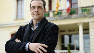 Le maire FN du Pontet, Joris Hebrard, pose devant sa mairie, le 1er avril 2014. (ANNE-CHRISTINE POUJOULAT / AFP)